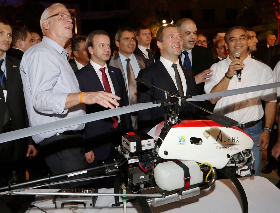 The dron Minister Uri Ariel (l) stands with Russian Prime Minister Dmitri Medvedev (Photo Yossi Aloni)