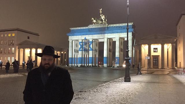 germany-berlin-rabbi-yehuda-teichtal-israel-flag-after-terror-atack-in-jerusalem-10-1-17