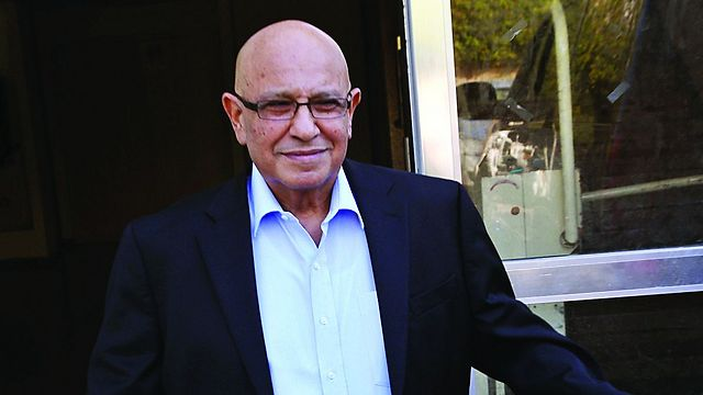 Dagan met with the book's authors a year before his untimely death (Photo Shaul Golan)