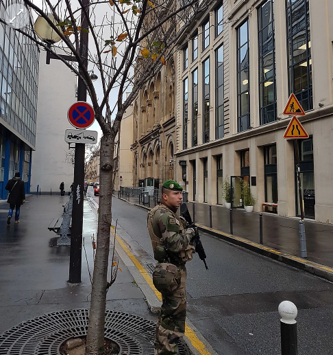 A French soldier guards a synagogue (Photo Y. Tessler)